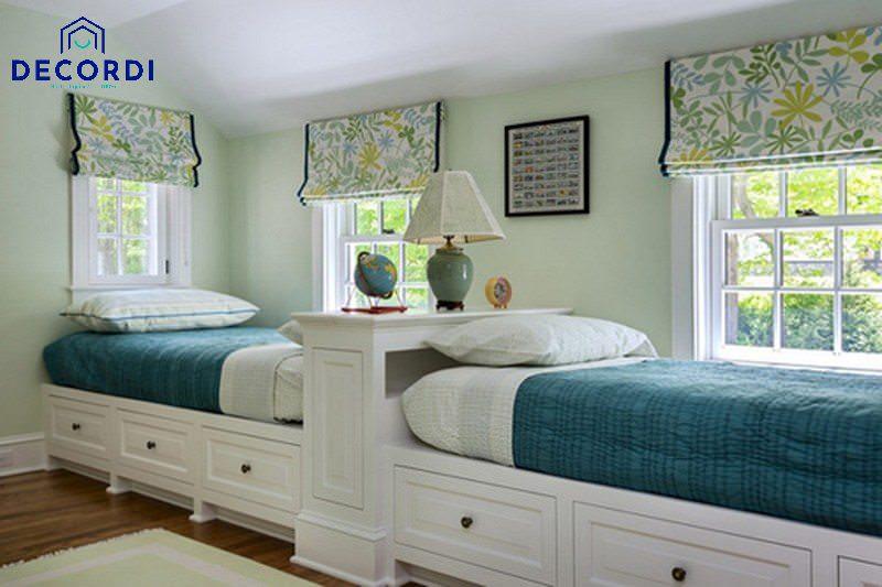 Phòng ngủ đơn giản có giường ngủ thẳng hàng cho người lớn