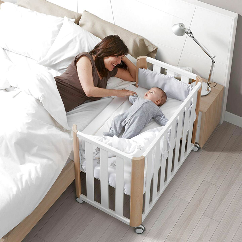 Đặt giường ngủ của bé trong phòng bố mẹ để dễ chăm sóc
