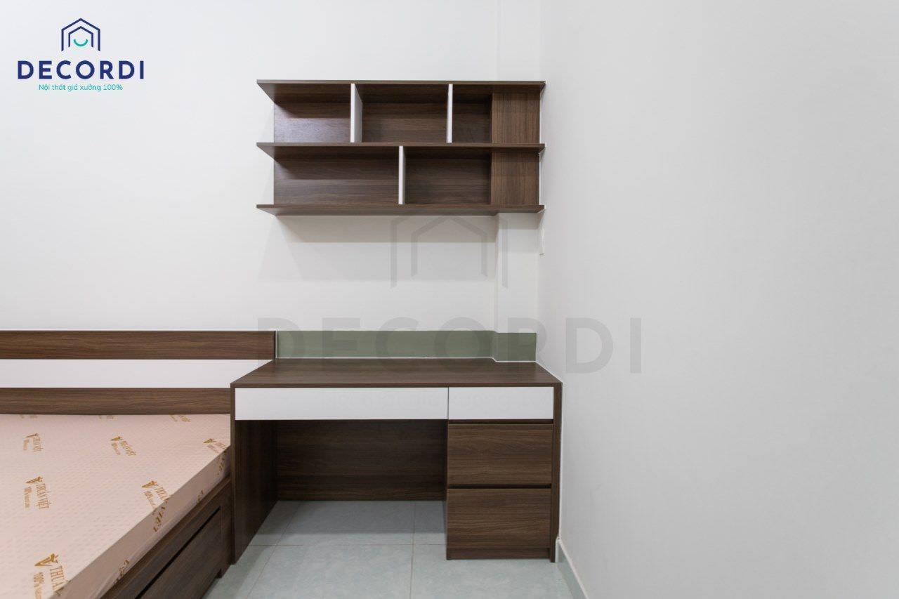 Bàn học thiết kế gọn gàng có kèm kệ trang trí treo tường tiện lợi để phụ kiện sách vở hoặc đồ lưu niệm