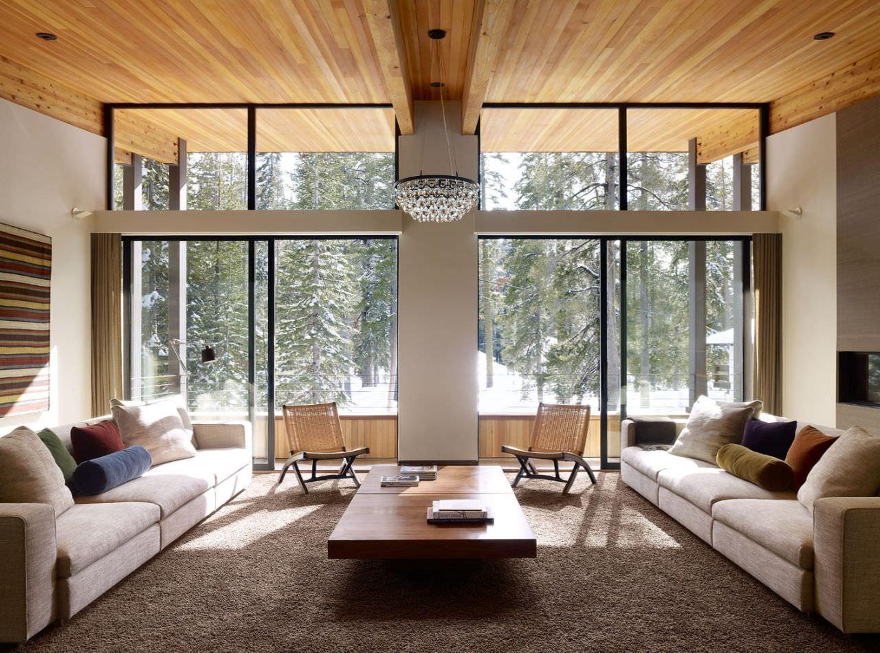 Không gian phòng khách với cửa kính mở đem đến sự gần gũi với thiên nhiên
