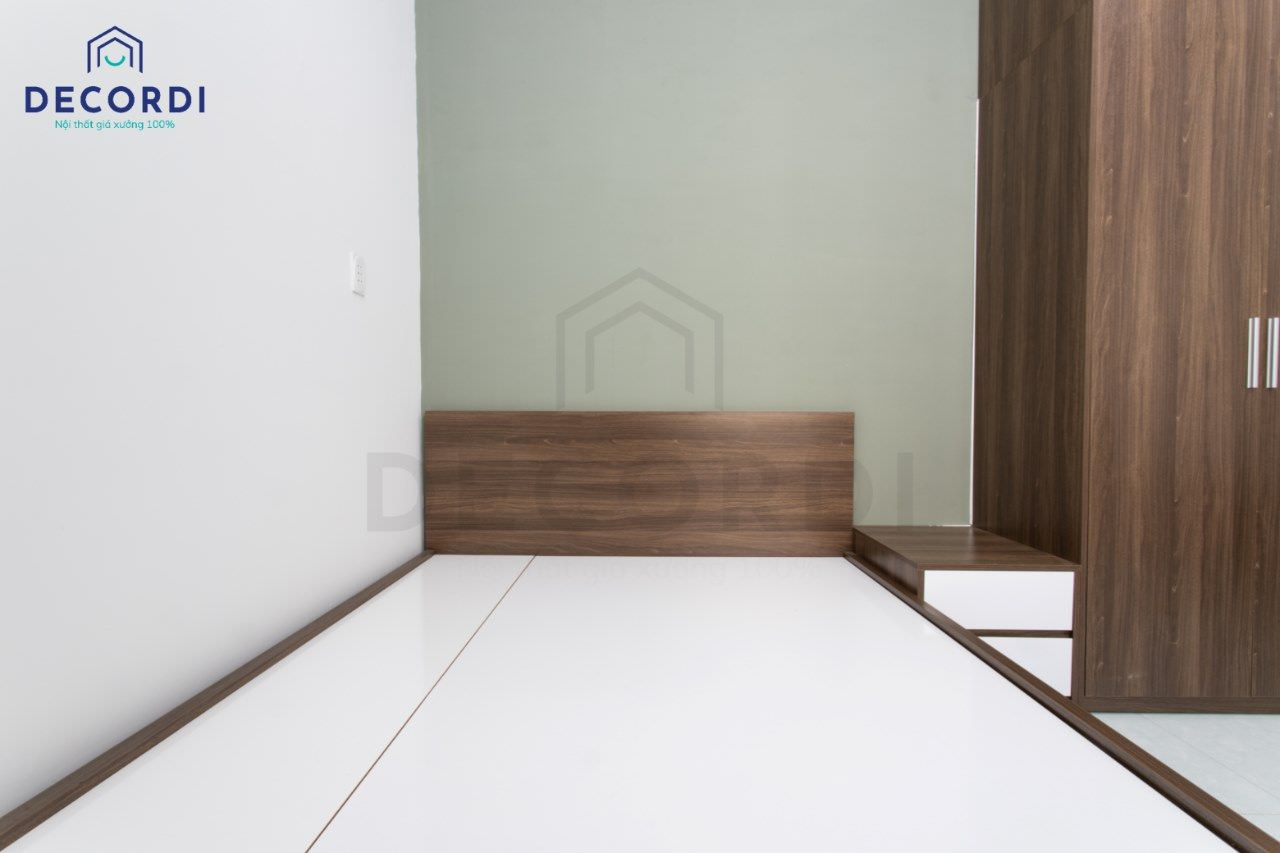 Kê giường sát góc tường và kèm thêm tab đầu giường vừa tiết kiệm diện tích nhưng vẫn đảm bảo tính thẩm mỹ