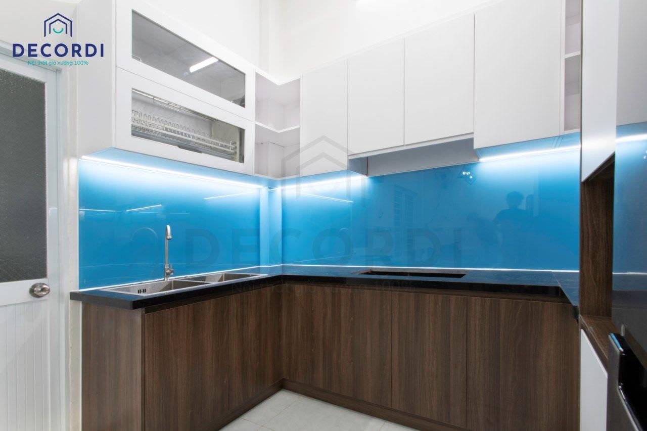 Tủ bếp dưới màu gỗ đẹp mắt kết hợp đá ốp bếp đen cứng, bền, chống trầy xước