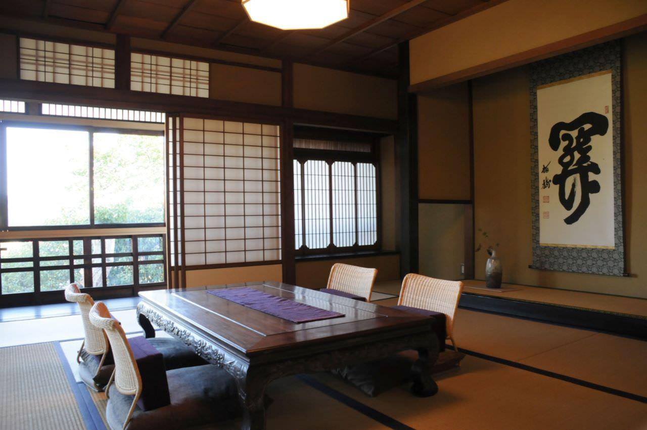 Phòng khách kiểu Nhật đơn giản với bộ bàn trà gỗ và ghế bệt có tựa lưng