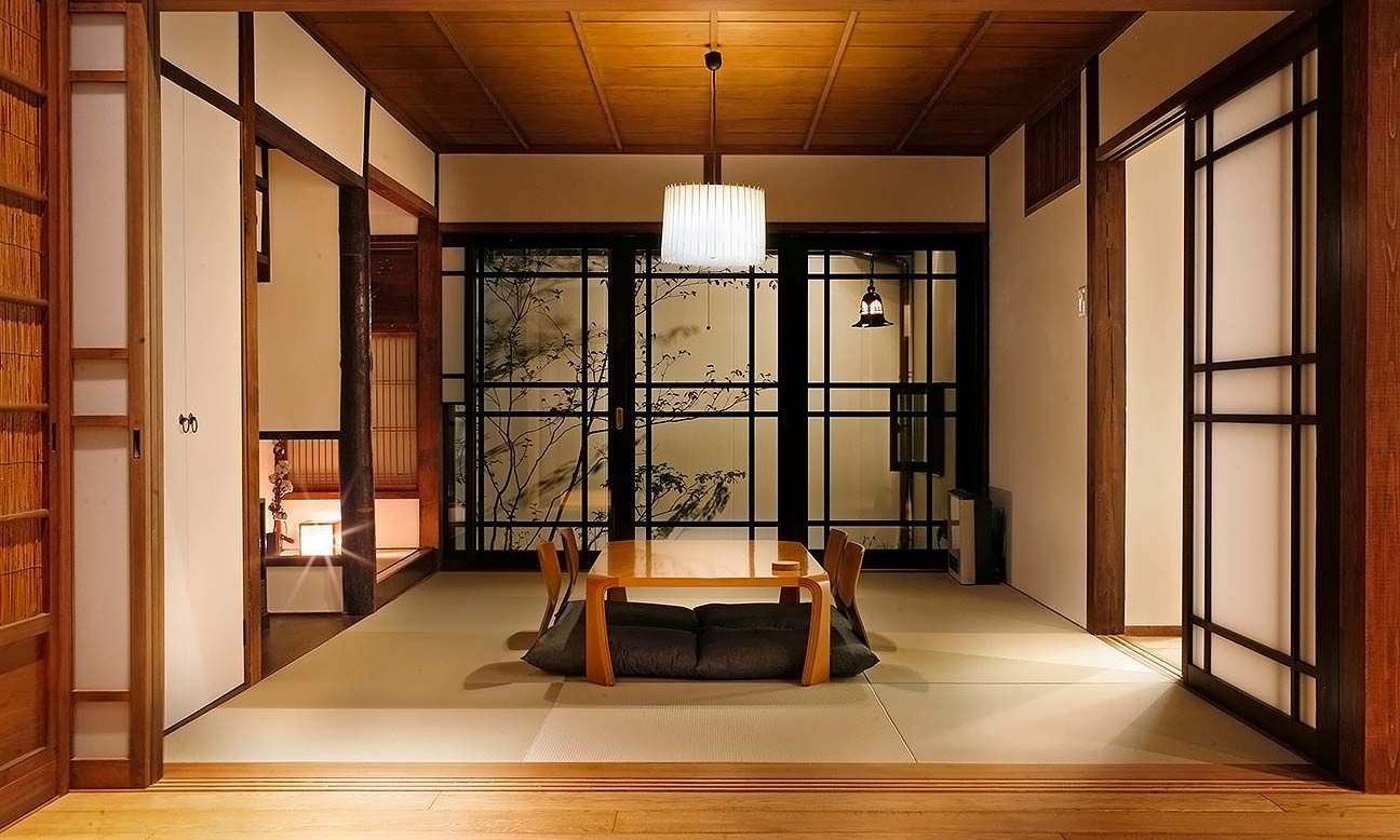 Không gian phòng khách kiểu Nhật ấm cúng với tông màu gỗ sáng kết hợp ánh đèn vàng