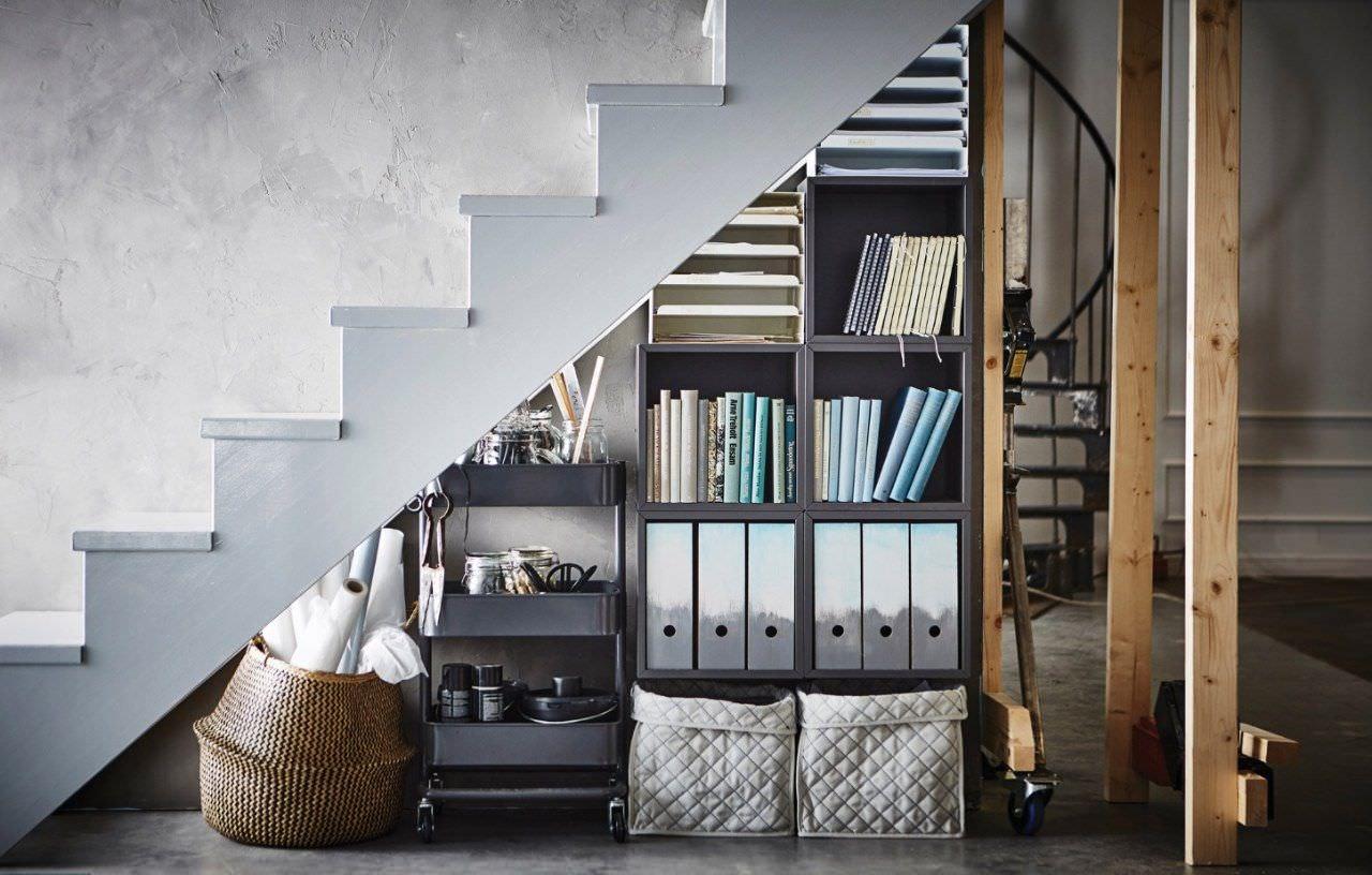 Tủ đồ đa năng được thiết kế gọn gàng dưới gầm cầu thang cho nhà nhỏ