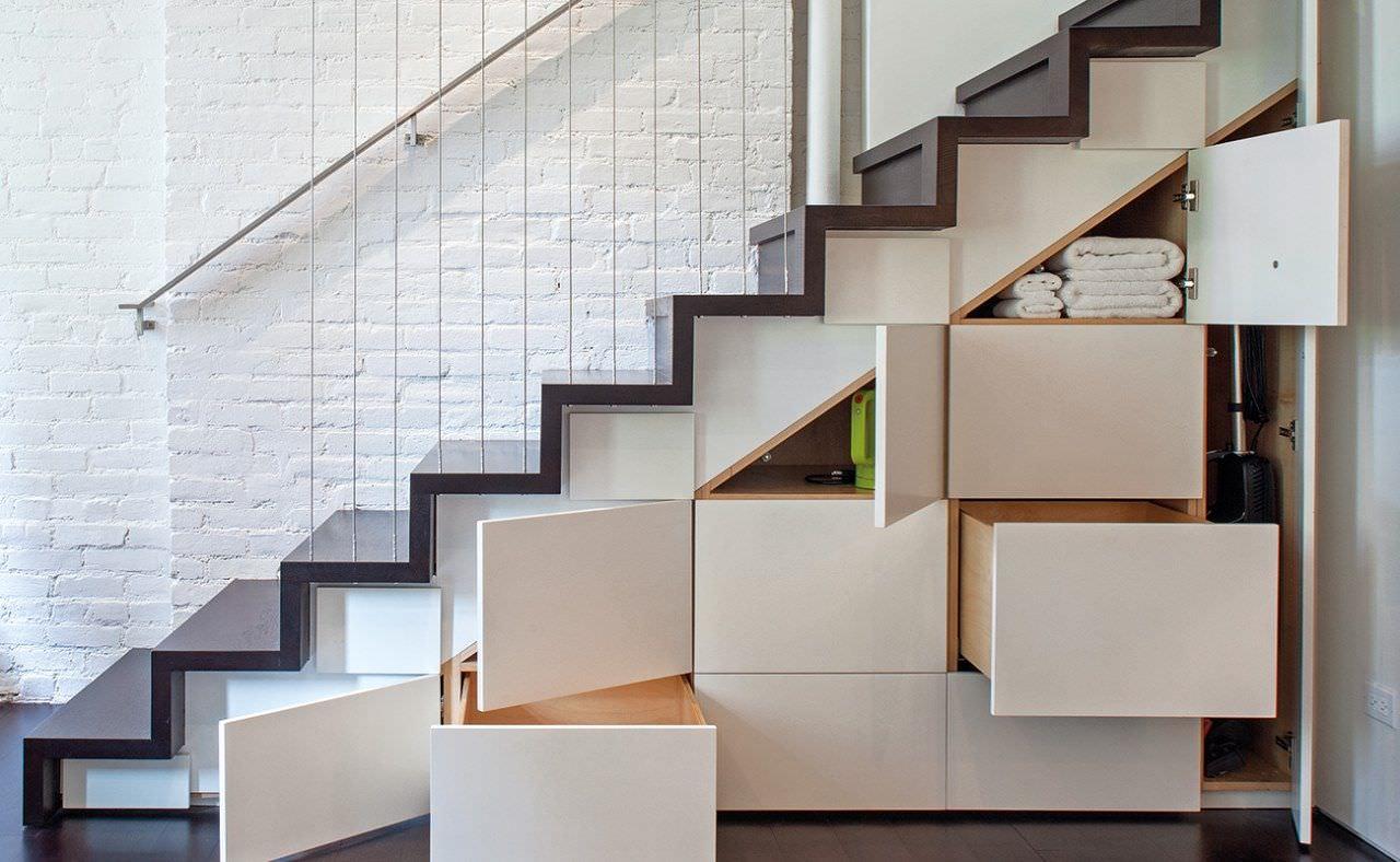 Thiết kế tích hợp dạng cánh bản lề đóng mở và ngăn kéo khi tận dụng gầm cầu thang làm tủ