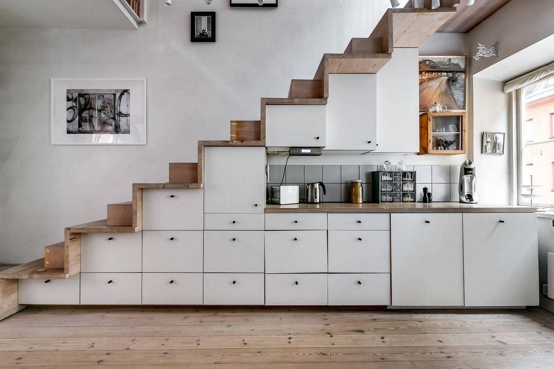Mẫu tủ bếp đa năng được bố trí ở gầm cầu thang tiện lợi