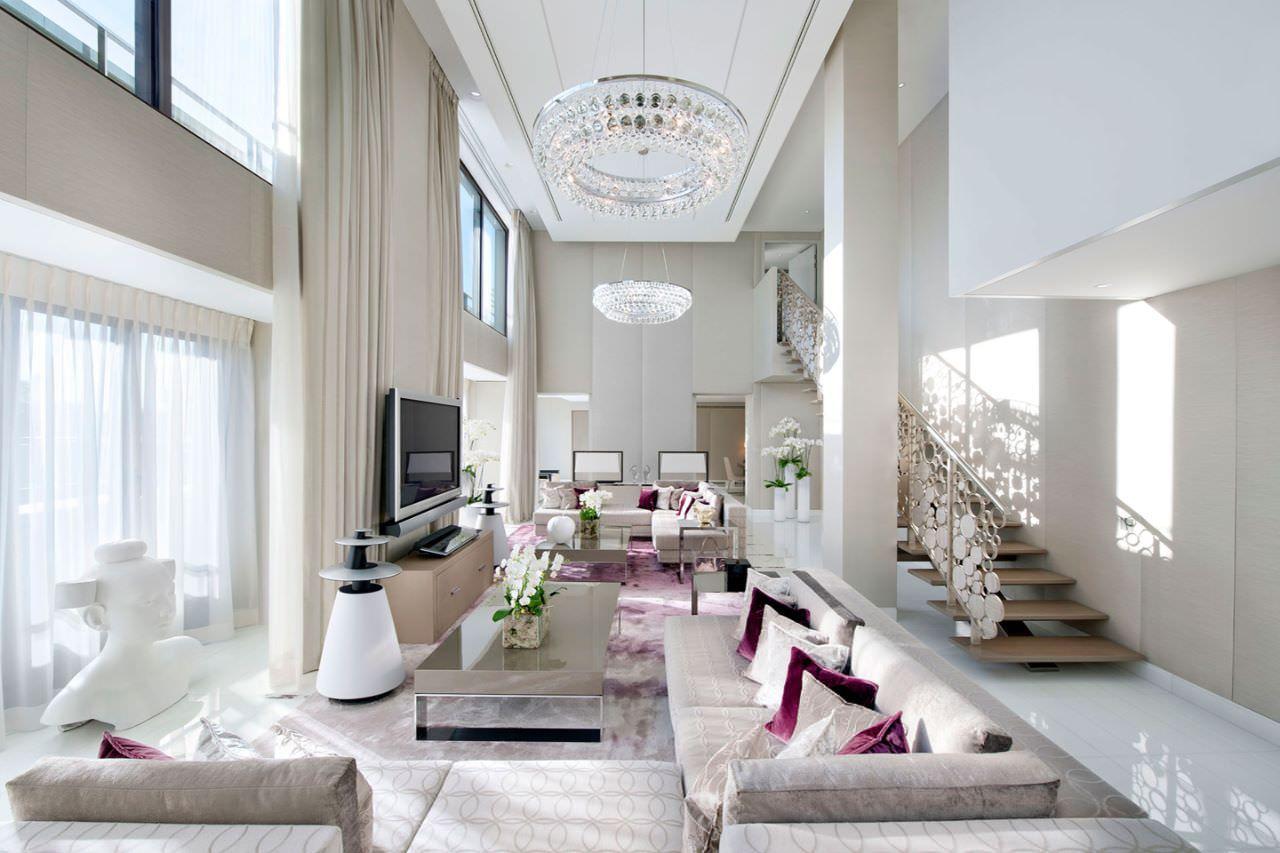 Thiết kế nhà có phòng khách thông tầng rộng với 2 bộ sofa lớn