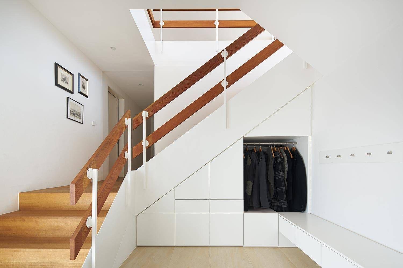 Thiết kế tủ quần áo lịch sự tại gầm cầu thang