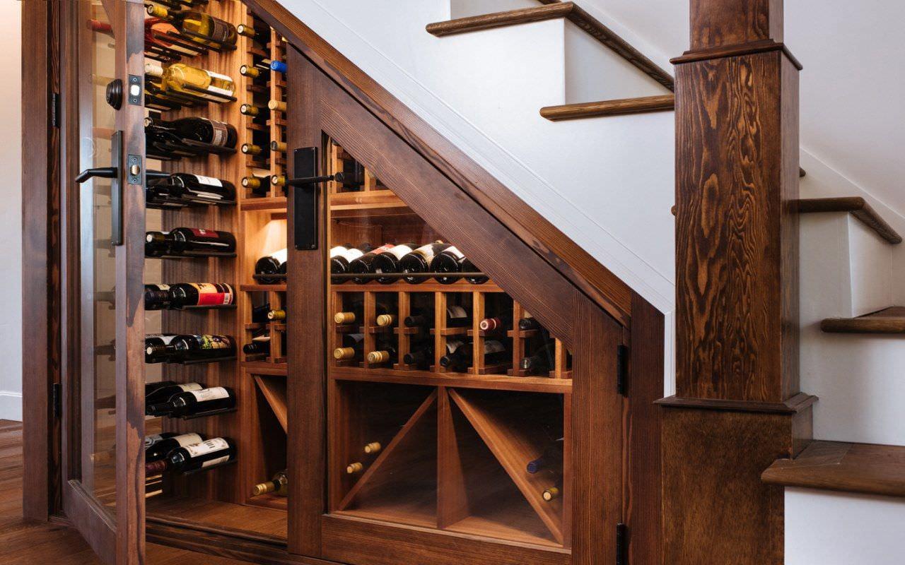 Tận dụng gầm cầu thang làm tủ rượu nhỏ gọn vừa đẹp vừa tiết kiệm diện tích