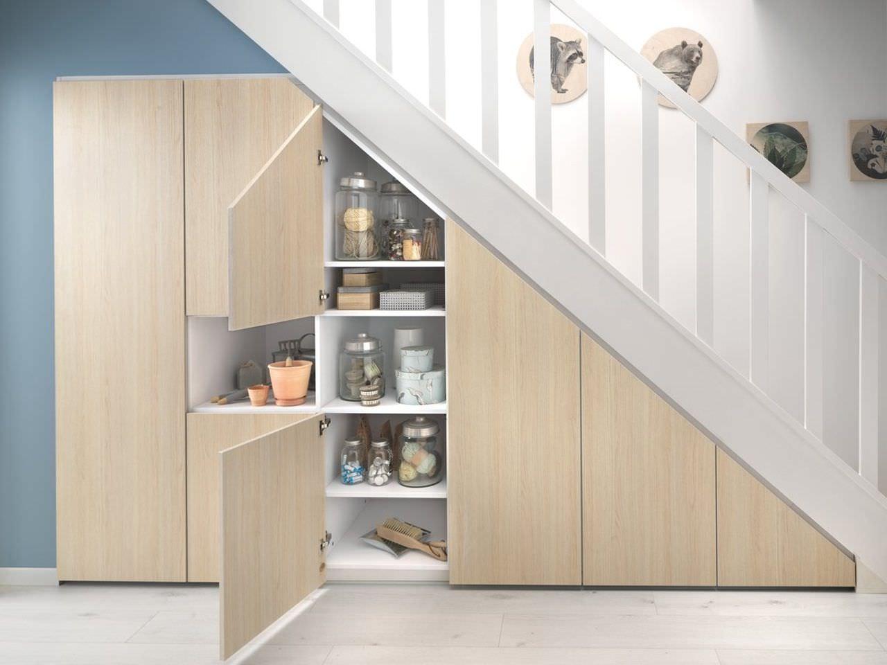 Bố trí tủ kệ đa năng dưới chân cầu thang giống như một nhà kho mini trong nhà
